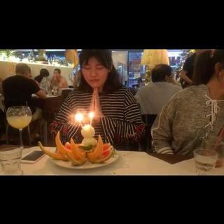 好可爱的泰餐厅,虽然不是我过生日,但是唱生日歌的时候我都要感动哭了~大家一起给祝福的感觉好好啊~#美食#美丽的caroline生日快乐~