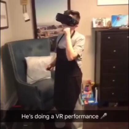 #热门#我们走进去刚好看见猴小弟在测试VR设备,我们在2017年,而他活在3017年……😂#搞笑#
