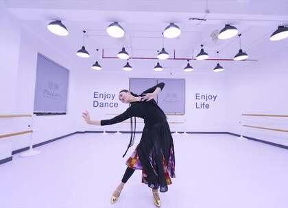 #舞蹈##花儿为什么这样红#徐小帆老师教学展示📷#维族舞蹈#女性姿态柔软,昂首、挺胸、立腰、头部的摇和手腕的运用,以及眼神的巧妙配合等,都是维吾尔族民间舞蹈中富有特色的表演风格👧#精选#@美拍小助手@舞蹈频道官方账号