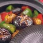 板栗烫熟去皮,一股脑儿往锅里扔,在调味后的汁水里蹦跶,变得安静软糯,异常入味,偏心地说一回比肉还好吃哦。而脆嫩的香菇大切十字入锅,吸收了板栗的香甜与青椒红椒的清爽,肥嘟嘟地食了满肚,倒是便宜了我们这张贪吃的嘴微信公众号:小羽私厨#小羽私厨##美食##菜谱#