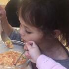 小包子自己先吃饱了后在一边儿玩了几分钟,又跑到姐姐身边嚷着要吃,经不住她的各种嚎叫我只好又给了她一把勺子,一个女孩子怎么就这么爱吃啊😔
