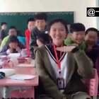 #搞笑#别人家的老师,不仅有好看的皮囊,还兼备有趣的灵魂😍@美拍小助手 喜欢请点赞+转发 更多精彩请关注微博:一起看MV