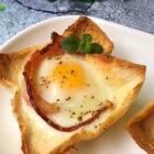 #营养早餐表#早餐必须吃的好,今天来个简单又好吃的培根鸡蛋杯吧,有芝士的还可以加芝士哦。#美食##云朵的食光记#