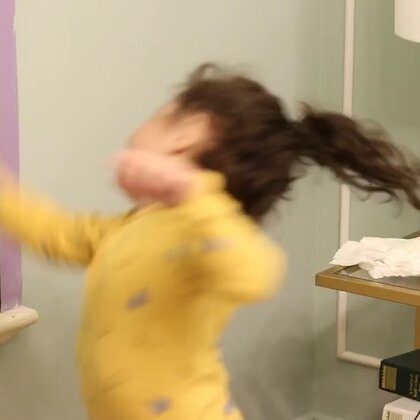 Momo感觉来了,要我放音乐要跳舞。洋妹妹跳舞也太可爱了吧,我好怀念momo这么小的时候😜@混血儿Evelyn🇨🇳🇬🇧 #mo跳舞#