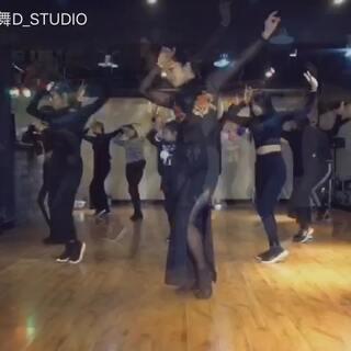 IDA DANCE   waacking 课程第三支成品 BGM:我的新衣 编舞:梦楠老师,经过一个学期努力,大家的手甩的越来越棒啦!👋👋继续努力~不会rap的舞者不是好歌手♥️♥️#vava我的新衣##我的新衣舞蹈##waacking#