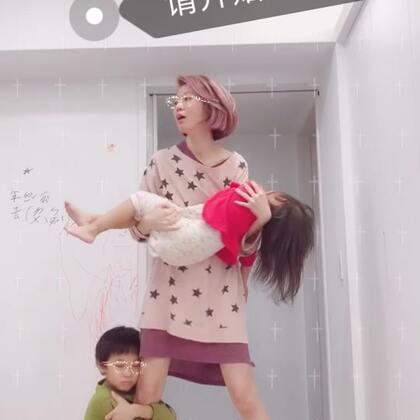 #请开始你的表演##宝宝##辣妈# 今天素顏來表演🤣雙寶睡前運動😆