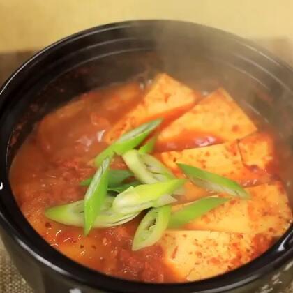 辣白菜豆腐汤是最传统的以辣白菜为主食材的汤类,其实家常做法很简单,只要辣白菜味道好,这个汤就差不到哪里去,最重要的是这道汤是朝鲜族人家冬天最常吃的哦!#美食##地方美食##辣白菜#