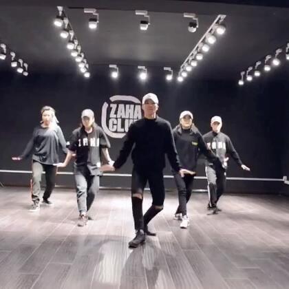 小宇老师的最新编舞哦😙😙 @-Rainer小宇 小宇老师跟小编说当时老大爷一直催着赶紧走要关门,但还是坚持的录完了这个视频 ! 这就是热爱跳舞的精神吧 哈哈哈哈 😹😹@嘉禾舞社大连西安路店 #舞蹈##嘉禾舞社#