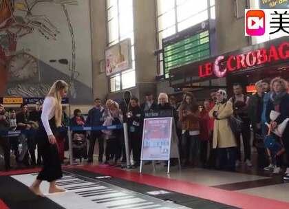 这是世界上最大的钢琴,这样的演奏方式你见过吗?