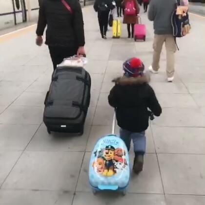 回大连了 高铁一个小时多一点 到家后放下行李去楼下吃杨国福麻辣烫 快一年没吃了 好想念啊😭吃完在楼下溜一圈 把Ethan溜睡了 这一觉又睡了两个小时 我和姥姥收拾行李😜✌#在路上##回家##热门##Ethan39个月#出个门 只要有人和Ethan搭话 他就和人家炫耀他的汪汪队行李箱😂😂😂