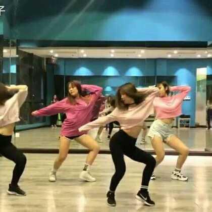 这四个不搭的粉色真是够够的😂😂😂 一听就爱上的歌,孝琳的声音没谁了! #敏雅音乐##blue moon孝琳##舞蹈#@敏雅可乐