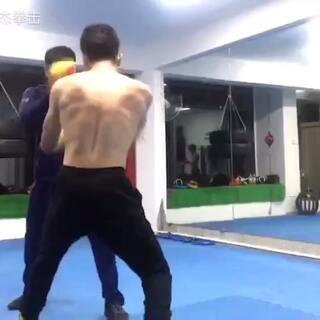 #拳击##运动##健身#手靶练习,打手靶的时候一定要把拳感打出来,不要光发力,节奏感也要打出来,打完就要动起来,拿手靶的一定要把打手靶的人带动起来!