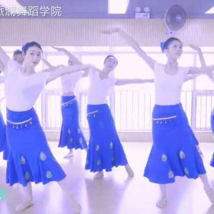 #傣族舞彩云之南#柔美灵动的舞姿,展现神秘傣家风情🌴带你一起来感受傣族舞蹈的风情魅力~基础班学员结课展示#舞蹈##我要上热门#@美拍小助手@舞蹈频道官方账号