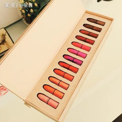 """我们为公众号""""活水国际美容中心""""💖的读者客人准备的第二份大礼,今天终于从美国抵达北京。这个是精彩的MAC-12色唇膏圣诞调色盘!漂亮的子弹头唇膏满满12支,什么时候都可以随心变换唇色,精彩每一天!详情请关注明天公众号哟😝😁💖"""