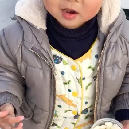 #宝宝#吃溶豆,他说是棉花糖,溶豆我自己做的,没有浪费奶粉什么,只是挤的大大小小不均匀,花型也蛮清晰的,这几天分享下自己做的视频和心得,供大家参考学习,小家伙一罐很快能吃掉,也只能自己做他吃😂买的话真够贵的😭请忽视小家伙的小春脸,在农村里大风吹的😄小家伙不肯在家里,喜欢外面玩