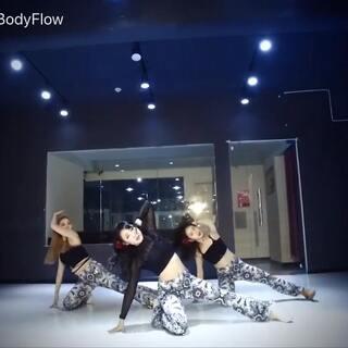#原创编舞#BGM:Havana💃拍视频的时候真的是状况百出,衣服没到,裤子长了设备没电,APP闪退😅简直难#敏雅舞蹈##舞蹈#@敏雅可乐