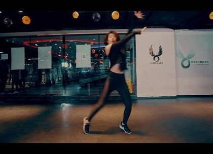 #舞蹈#[欲飞舞蹈]百人一线强化班LIL DONNA丹琪导师最新抒情爵士编舞#金玟岐 - 只剩一分钟#,这支舞的编排充满意境和感觉,每一个舞步和动作能完美的展现出歌词里想要表达的感情!很赞的编舞!@美拍小助手
