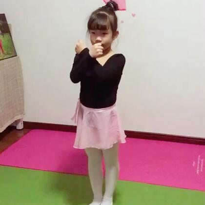 #十万支创意舞##运动##宝宝#在学校里学的一种健美操不知道叫什么名字,感觉甜甜跳的有模有样就拍下来了