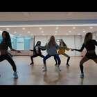 """#泫雅 - Lip & Hip# 练习室版出来了,很多人等急了吧。习惯看正面视频https://www.meipai.com/media/913747858 😍#舞蹈# 截止12月23日 凡是翻跳泫雅这支新舞就有机会获得""""光腿神器""""😲只需加#敏雅韩舞专攻班##舞蹈# 即可。23日晚公布结果🎉快来翻跳哦!"""