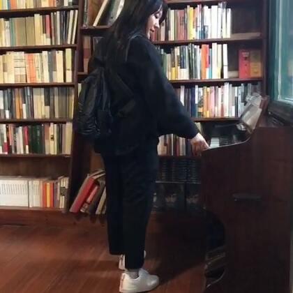 """我们俩 在 不在书店 @中荷混血开心Valerie #热门##读书##精选#我最喜欢的一家书店 曾经是 现在也是 名字叫""""不在书店"""" 02年开业不久我就偶尔会去那里 一坐就是一下午 当时人很少....五年过去 已经变成网红书店 一到周末就人满为患 爱书的同学们去厦门的话一定要去这里坐坐 一本书 一杯茶 一份回忆..."""