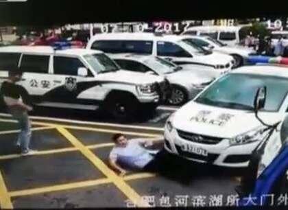 #囧囧趣闻#男子竟然找警车碰瓷,真是应了一句古语了:关公面前耍大刀~~找。。。😂😂