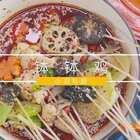 以红辣椒、桂皮、香叶、小茴香、草果调制的拌料红油油的,麻而不腻,清香浸人;以花椒油拌和的鸡肉却出奇地有一股山野的浸人清凉,串在竹签子上滴着汤水!各类蔬菜与鸡肉一次次地被浸泡、沉淀、入味,闹出一番云雨。微信公众号:小羽私厨。#小羽私厨##美食##菜谱#