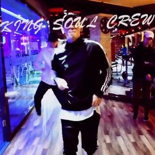 #King Soul # 音乐:No limit 之前RMBworkshop学习的片段 非常喜欢 所以拍了下来 最后还有团队的freestyle 感谢 库尔勒Free time健身中心提供的场地支持还有完美出镜的赵经理哈哈哈 感谢郑导的拍摄 感谢family成员的演绎 还是会继续努力 这周末会出一个少儿作品 大家敬请期待 💪💪💪#舞蹈#