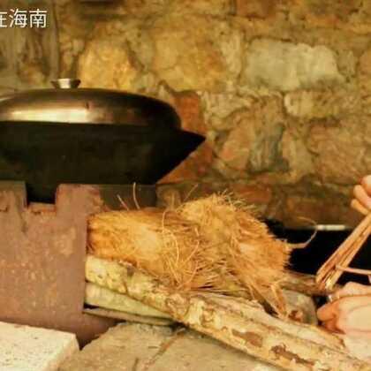 #美食#锅巴,小时候煮饭总是叫老妈留着低锅的饭,然后烘成很干脆的锅巴,然后加点盐,还有油就觉得很美味了(详细可以看微信公众号)#美食频道官方号##海南三亚#