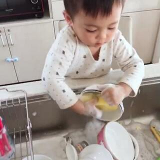 没有女朋友的单身go,只能自己洗碗了。#涵子一家的快乐生活##宝宝#
