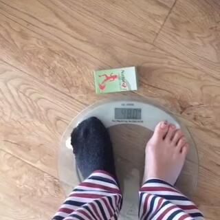 #美拍精彩话题预告##减肥##减肥瘦身#这是我穿睡衣,然后,吃了一碗饭,没有拉臭臭的体重,还不错哦~3年啦,96斤,也没 反tan😄本人身高163