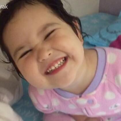 好不容易拍个唱歌的视频,阿爸倒好,给姐姐洗个澡把娃整的哇哇大哭,姐姐的哭声成了包子的歌声背景😳