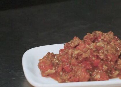 """秃黄油面,是老苏州们最喜欢吃的苏式汤面中的一种。它的独特之处在于""""秃黄""""—即蟹黄。每逢秋冬之际才能吃到,此时阳澄湖的大闸蟹刚上市,大闸蟹的蟹黄最饱满的时候,味道才最鲜美,热腾腾地浇到汤面上,且浇头中也不能有一丝蟹肉,这样方能称得上是一碗真正的""""秃黄油面""""#苏州面##美食##涨知识#"""