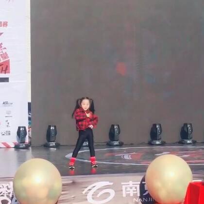 零下五度参加街舞比赛,获得幼儿组团体第一名好成绩哦!好样的小姑娘们!#宝宝##舞蹈#