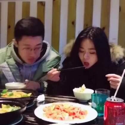 看完美拍达人@任吉吉R 的视频,懂得了如何在吃饭的时候备受宠爱! 加话题#撒娇大赛#,做一回傲娇可爱又任性的戏精吧!