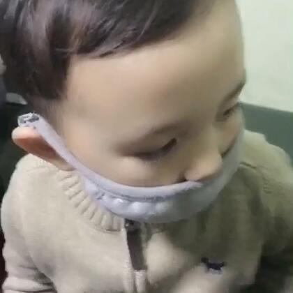 """九点半才从医院回家 这会儿Ethan刚睡着 我才有时间坐下来 今天Ethan没怎么吃东西 晚上五点左右 他反复吐了四次 后来看他喝水也吐 立刻带去医院了 做了彩超 肚子胀气 还有点便秘 吃过药 睡了 希望尽快好起来🙏🙏🙏在医院他又吐了一次 我心疼的哭了 他搂着我 帮我擦眼泪 说""""妈妈别哭""""😭"""