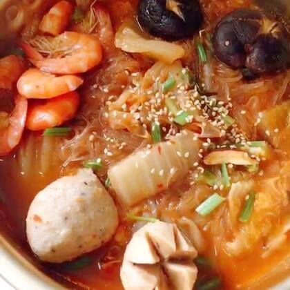 #圣诞暖心餐#寒冷冬日,没什么比一碗热腾腾的泡菜汤更暖心的了😜做法简单,冰箱里有什么材料一股脑都丢进去,咕噜咕噜冒泡了就能吃。泡菜自己做的,放越久越酸,做泡菜汤味道更棒!#美食#