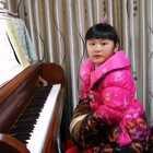 天爱六岁零三个月演奏车尔尼《练习曲》Op.740 No.1。由于她刚上小学,又是班上最小的孩子,还不太适应,我需要抓一下她的文化课。所以练琴时间有所减少,很久没和大家见面了!这首曲子看谱非常简单,但其实很难弹,对3、4、5指的独立性要求很高!#音乐##钢琴##热门#@美拍小助手