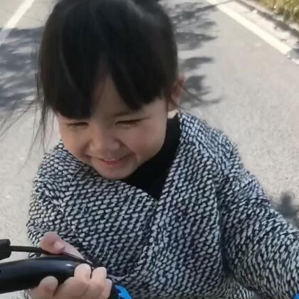 不管做什么,有爸爸妈妈在,每一刻都是开心快乐的,今天天气很好,带着Vivi骑自行车去商场玩了一圈!看Vivi笑得那么开心,妈妈心里真美!#宝宝##V&N幸福时刻##vivi3y+3m#