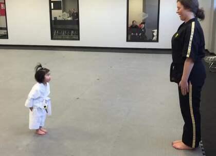 #囧囧趣闻#3岁小女孩练习空手道学生守则,认真的样子简直太可爱了😝😝