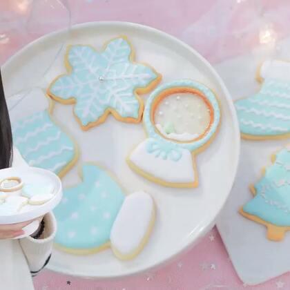 又到一年圣诞节,来块甜到心里的圣诞饼干吧~💙谢谢你们陪着我又度过一年圣诞节,约好明年还要一起过哦!🎄(圣诞福利:抽3位热情的童鞋,送同款相册盒子!💕)#美食##圣诞节##厨娘物语#