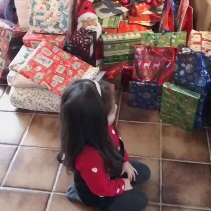 拆啊拆!从平安夜收礼物到圣诞夜,孩子们真是开心坏了,爷爷奶奶的礼物阵容不要太强大呀!#精选##宝宝##圣诞节#