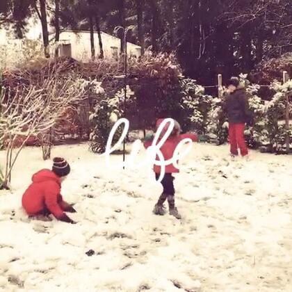 下雪天乐趣,前几个星期比利时大雪,虽然导致交通瘫痪,但是孩子们却很享受这几天的雪中乐趣。#精选##宝宝##混血宝宝#