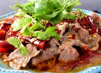 一道典型的川菜--水煮牛肉,这道菜的特点麻辣味厚,滑嫩适口,牛肉煮至颜色变白即可起锅,煮太久会变老。(点赞的都是好朋友☺)#美食##元旦家宴菜##家常菜# @美拍小助手