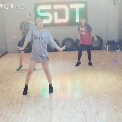 今天给大家带来的是一段#1million dance studio#的基础#舞蹈#,简单易学!男生女生都适合!#我要上热门@美拍小助手#