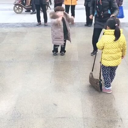 #宝宝#学校活动结束后到广场上又嗨起来了