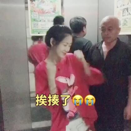 #精选##U乐国际娱乐##十万支创意舞# 如果你们在电梯里看到我这样 会不会打我 哈哈 笑了记得点赞转发➕评论 么么哒