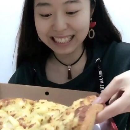 这家榴莲披萨不好吃👎想自己烤了……😂😂😂😂小哥哥给我扎头发依旧是很笨,不过已经越来越好了~哈哈哈哈哈😂😂😂😂#吃秀##我要上热门##美食#@吃秀频道官方账号 @美拍小助手