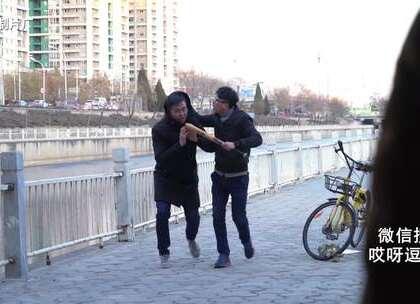 #五分钟美拍##搞笑#男子街头遭打劫,求助亲戚反被亲戚殴打!