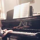 视奏《柴可夫斯基儿童钢琴曲集Op39》之《古老的法国歌谣》,昨天去表弟家过夜前录的。她摸完第一遍说有海魂曲、水手想家的味道,说后面要把音色改的柔一些、暗一些。我相信她能把这首弹很美,但视奏的时候她得花大部分精力对付音符,弹出来还是生硬了,大家凑合听。#音乐##钢琴#