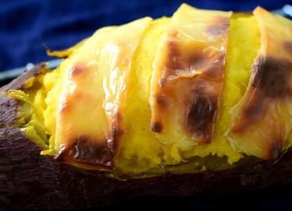 今天尝试一个更加新颖的红薯吃法,搭配黄油和奶酪片,烤出一道奶香四溢的小甜点。#元旦家宴菜##美食##日志# 🎉🎉祝大家新年快乐,转赞评抽3位小可爱送小红包,最后别忘了给我点赞哦!